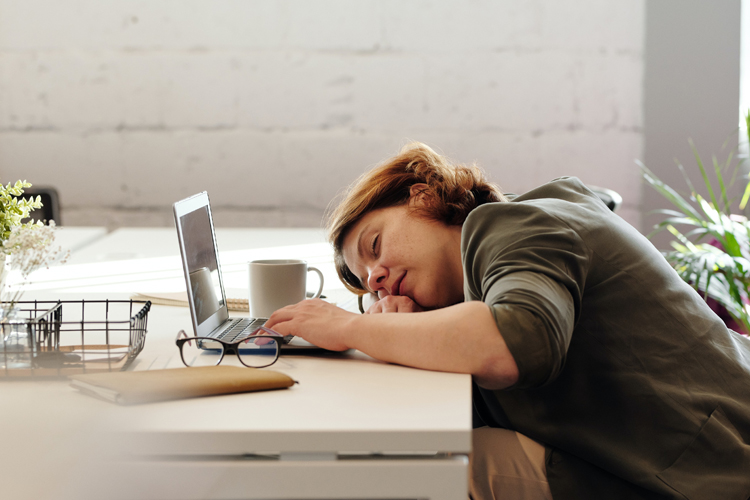 lady-sleeping-on-work-desk